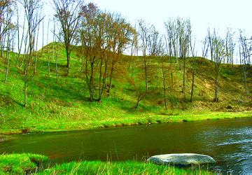 Jūros upės plaunamas Padievaičio piliakalnis - Gedimino pilies vieta