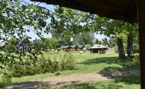 Dovydo stovyklaviete su nakvyne ant Juros upes kranto, Turistauk.lt