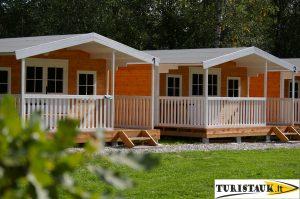stovyklaviete, nameliai ant juros upes kranto, baidariu nuoma